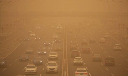 Cancela Pekín decenas de vuelos por la mayor tormenta de arena en 10 años