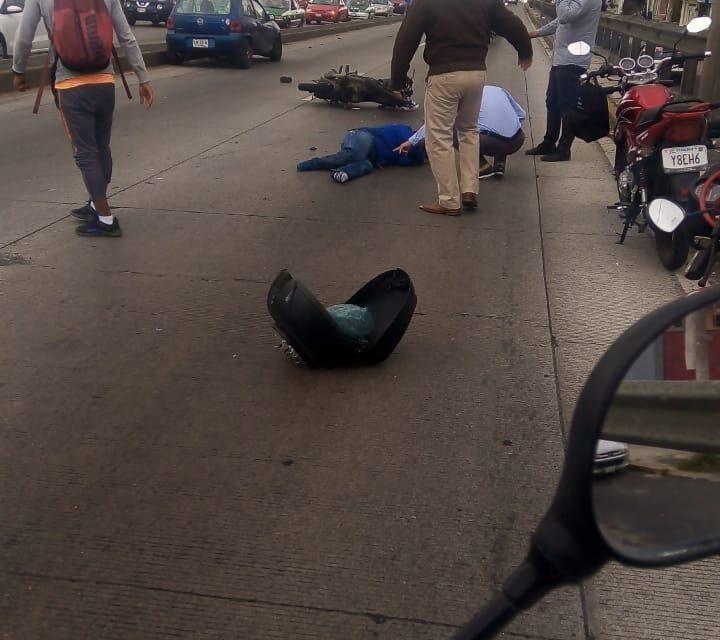 Motociclista lesionado en accidente de tránsito sobre la avenida Lázaro Cárdenas, a la altura del puente de Miguel Alemán