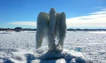 Aparece un 'ángel de hielo' a orillas del lago Michigan (VIDEO)