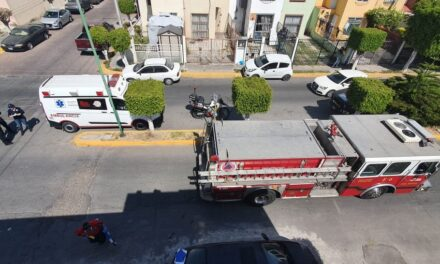Paramédicos frustran suicidio de un vecino del fracc Paseos del Ángel que amenazaba con aventarse de un tercer piso en Puebla