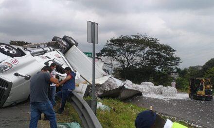 Volcadura de tráiler autopista Córdoba- Veracruz