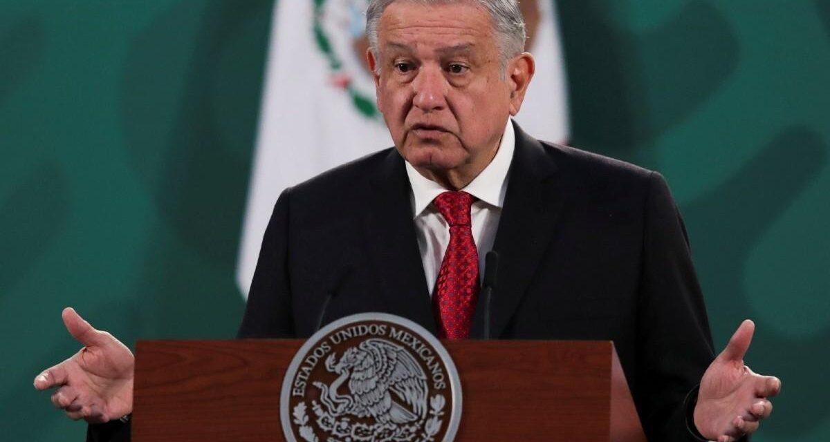 """AMLO anuncia descubrimiento de yacimiento petrolero """"muy grande"""" en México"""
