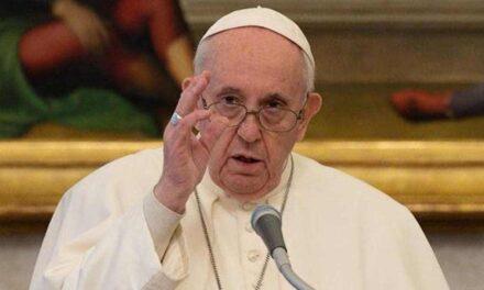 """El papa urge cesar la violencia en Birmania: """"Yo también me arrodillo en las calles de Myanmar"""""""