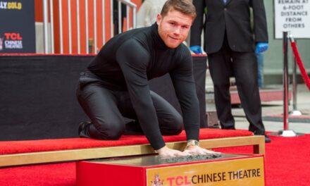 Canelo' Álvarez plasma sus huellas en el Teatro Chino en Hollywood