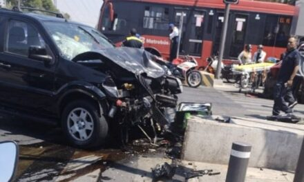 Conductor se pasa alto y mata a motociclista en la CDMX