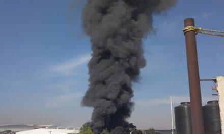 Incendio consume llantera en Tultitlán, Edomex