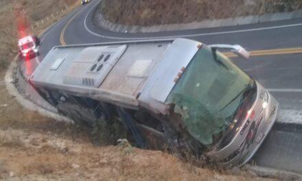 Siete personas murieron y ocho más resultaron lesionadas, tras volcar un autobús de pasajeros en el Estado de México