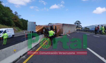 Última Hora:Se registra volcadura de tráiler en la autopista Perote-Xalapa