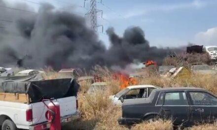 Fuego consume más de 60 autos en un lote en El Carmen