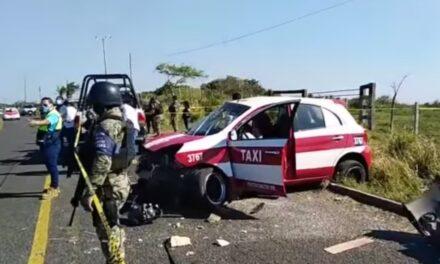 Fuerte accidente en Coatzacoalcos, chófer de taxi en presunto estado de ebriedad, se impactó contra de un poste dejando como saldo una persona muerta.