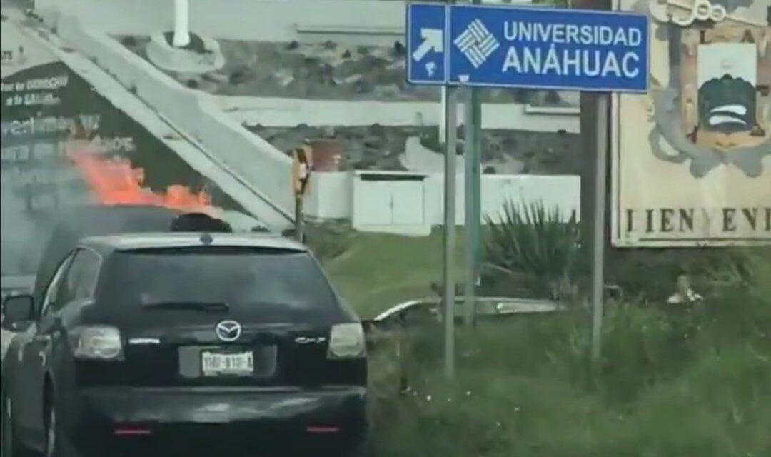 Se incendia camioneta en la avenida Lázaro Cárdenas, a la altura de El Trebol