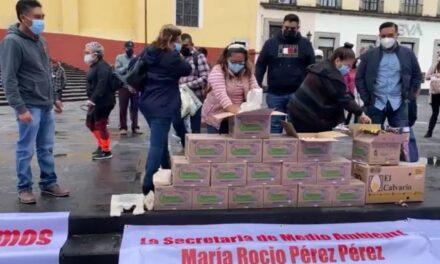 Concesionarios de verificentros regalan huevos en el centro de Xalapa