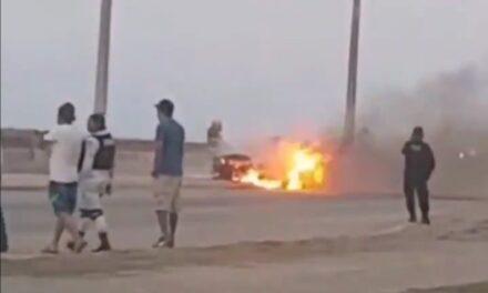 La tarde de este martes se incendió un vehículo en el malecón de Coatzacoalcos