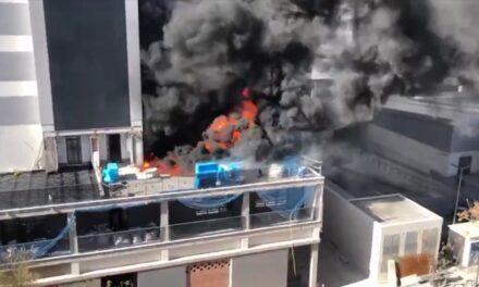 Video: Arde un edificio en construcción en Valencia y el humo se ve desde varios puntos de la ciudad