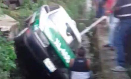 Cae taxi de Xalapa a canal de agua en la colonia Lomas del Seminario