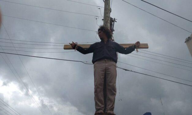 Decide trabajador de Pemex crucificarse por jubilación de líderes en Nanchital