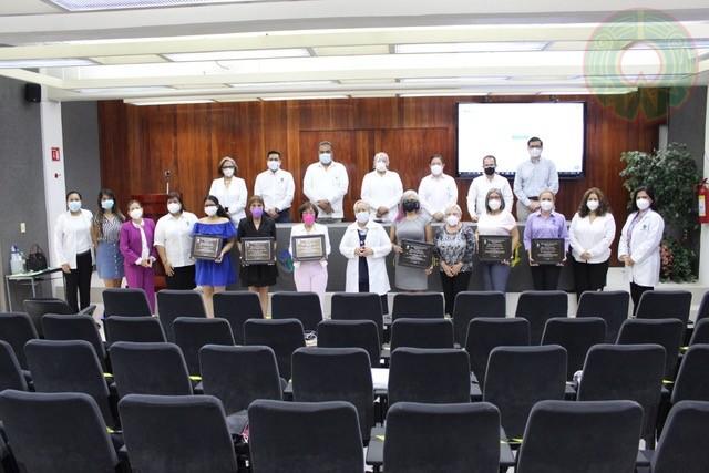 Las galardonadas y funcionarios regionales en la foto del recuerdo