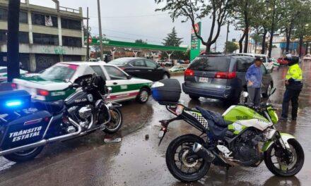 Elementos de SSP auxilian tripulantes de vehículo varado en la avenida Lázaro Cárdenas, Xalapa