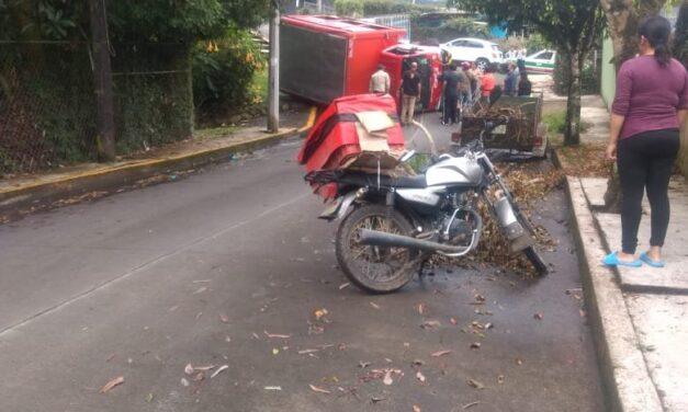 Se voltea camión de la Coca Cola en la zona de Coapexpan, Xalapa