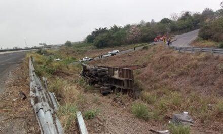 Se registra volcadura de unidad pesada en la carretera Cardel – Xalapa