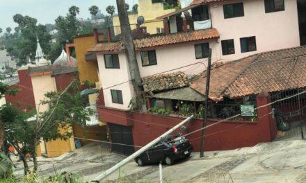 Camión tira poste sobre auto en la colonia Jardines de Las Animás, Xalapa