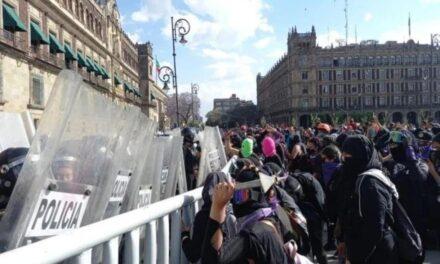 Protestan mujeres en el Zócalo de CDMX; reportan enfrentamientos con policías