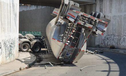 Hace unos minutos una pipa cayó de un puente sobre el Circuito Exterior Mexiquense a la altura de Cuautitlan Izcalli