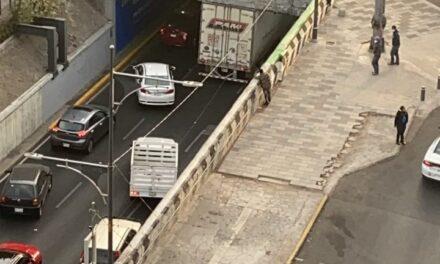 Video: Se atora tráiler en carriles centrales de Viaducto Miguel Alemán y Avenida Insurgentes de la CDMX