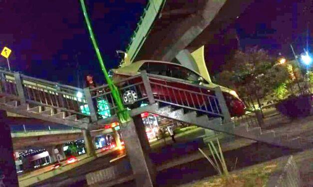 VIDEO: INTENTA CRUZAR PERIFÉRICO POR UN PUENTE PEATONAL CON SU AUTO Y QUEDA ATRAPADO