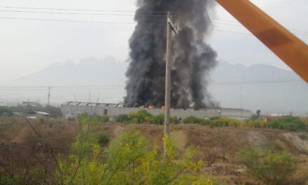 Incendio de bodega provoca movilización en Nuevo León