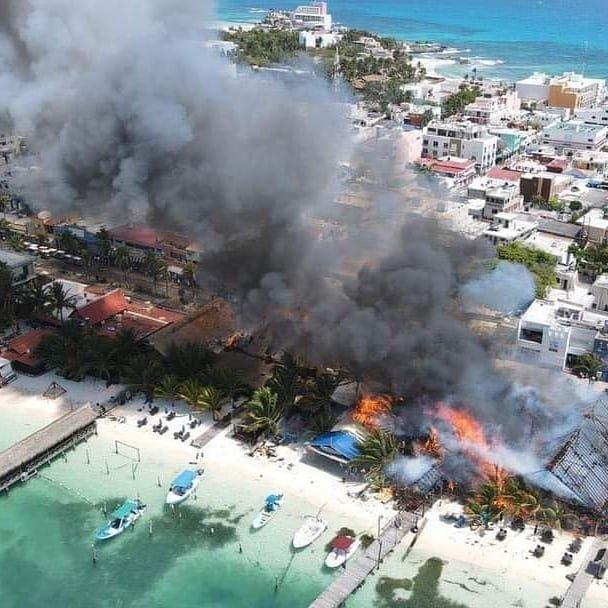 Videos: Fuerte incendio en Isla mujeres; fuego consume varios locales comerciales