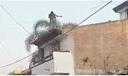 Video: Rescata la Guardia Nacional a mujer que pretendía lanzarse de un segundo piso, en Iguala Guerrero.