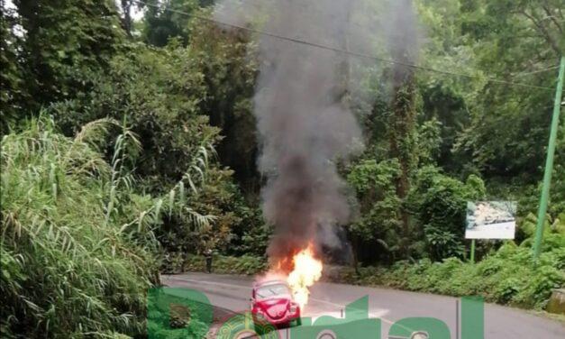 Se incendia Volkswagen sobre la carretera Xalapa-Coatepec, vía Briones