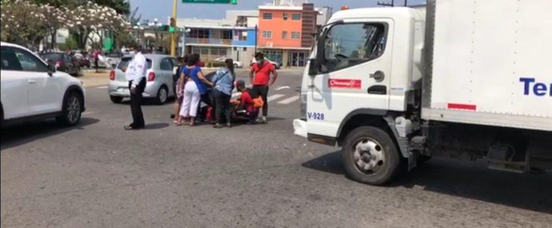 Camión se impacta contra repartidor de comida en la avenida 20 de Noviembre en la ciudad de Veracruz