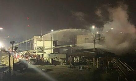 """Pemex informa que a las 01:00 hrs. de este jueves, se sofocó el fuego en la refinería """"Gral. Lázaro Cárdenas"""" de Minatitlán."""