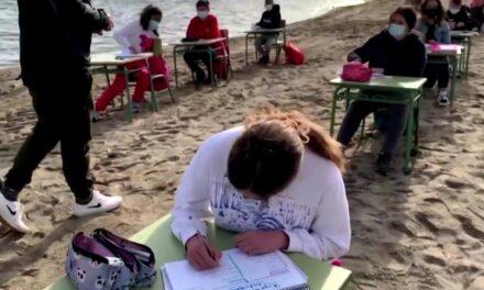 En Murcia, los niños cambian las aulas por clases en la playa