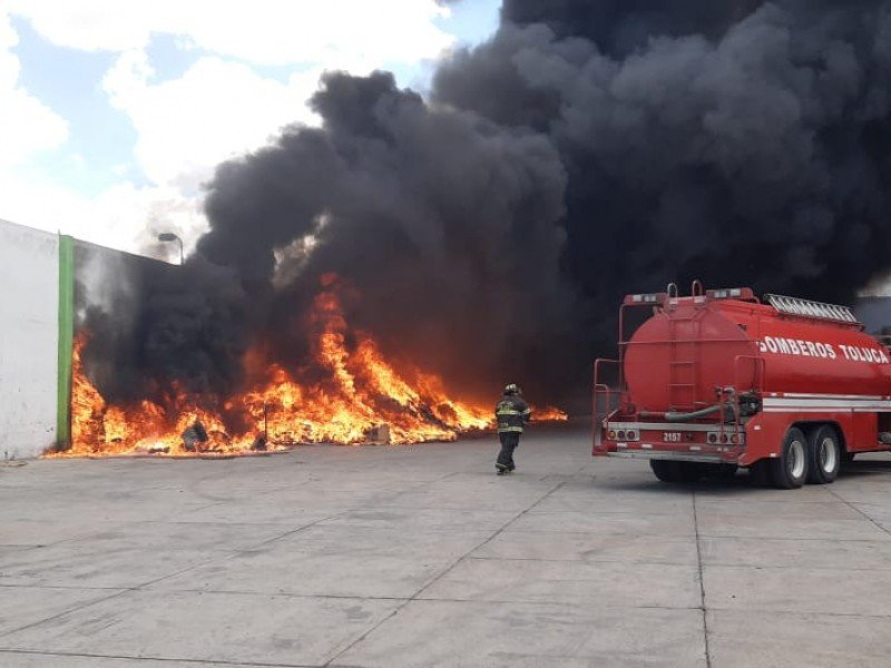 Se incendia empresa recicladora en Toluca