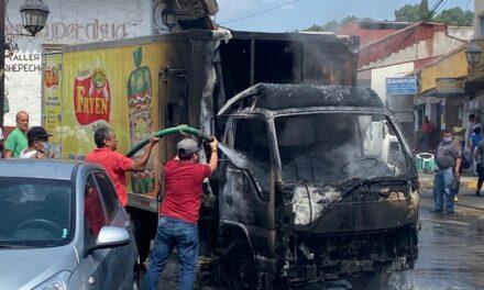 Queman vehículos en centro de Uruapan