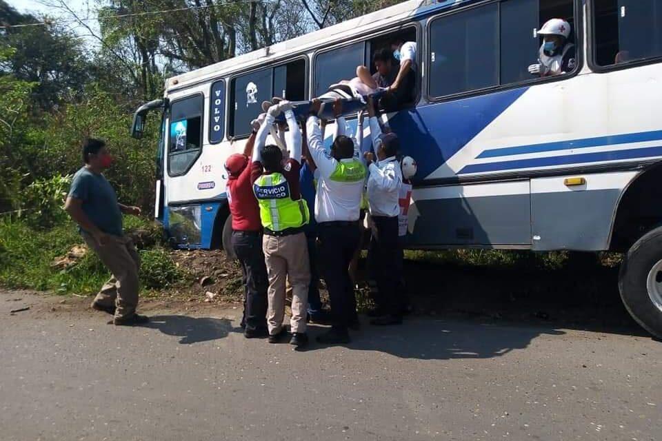 Dos mujeres lesionadas al chocar autobús de pasajeros contra árbol en Amatlán