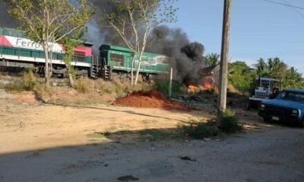 Explota pipa luego de colisionar con el tren en Chinameca, Veracruz