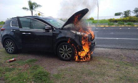 Se incendia camioneta Kia sobre la carretera Xalapa-Veracruz, a la altura de El Lencero