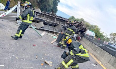 Fuerte accidente en la carretera la México-Toluca. Un tráiler, que transportaba equipos de sonido se volcó