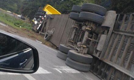 Tráiler accidentado en la carretera México- Toluca a la altura de la Escondida dirección a Toluca.