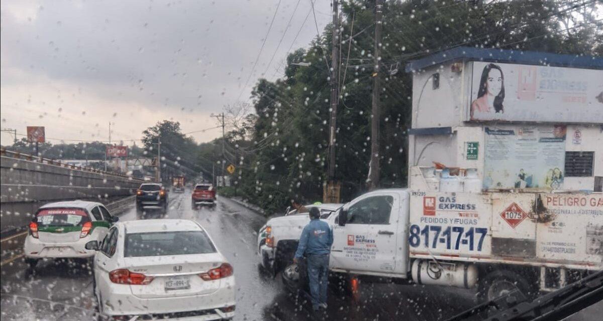 Accidente de tránsito sobre la avenida Lázaro Cárdenas, a la altura de Gas Express