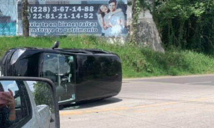 Video: Vuelca vehículo en la avenida principal de Las Trancas, a la altura de El Olmo.