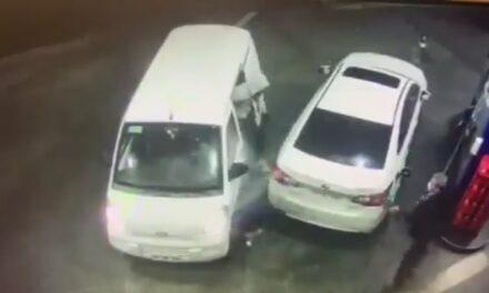VIDEO: Evita robo rociando gasolina a los asaltantes