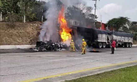 Se incendia trailer en la carretera México-Tuxpan, a la altura de Tierra Blanca