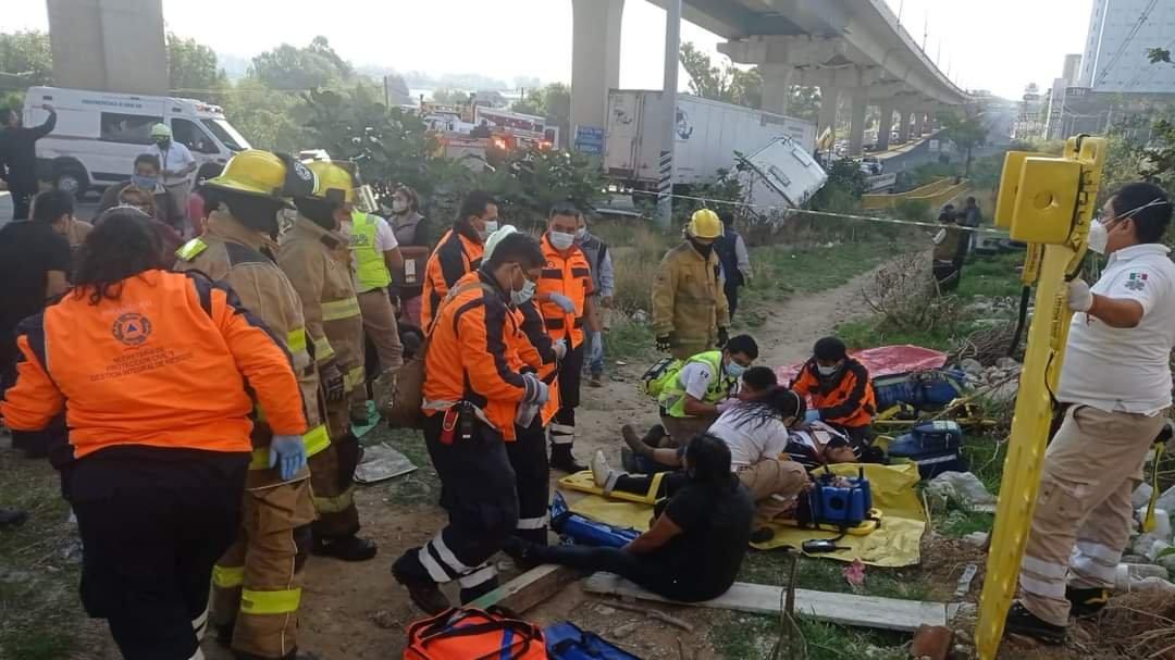 Accidente entre tráiler y camión de pasajeros en la México-Puebla, 17 lesionados