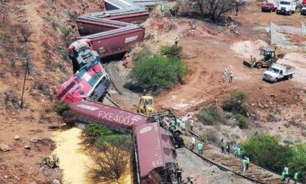 Tratando de levantar los vagones del tren, se descarrila grúa en Zacatecas