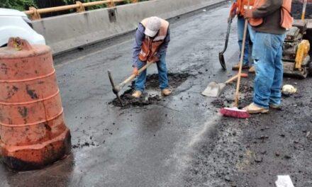 Reparan bache sobre puente de Lázaro Cárdenas a Murillo Vidal, varios autos se habían ponchado